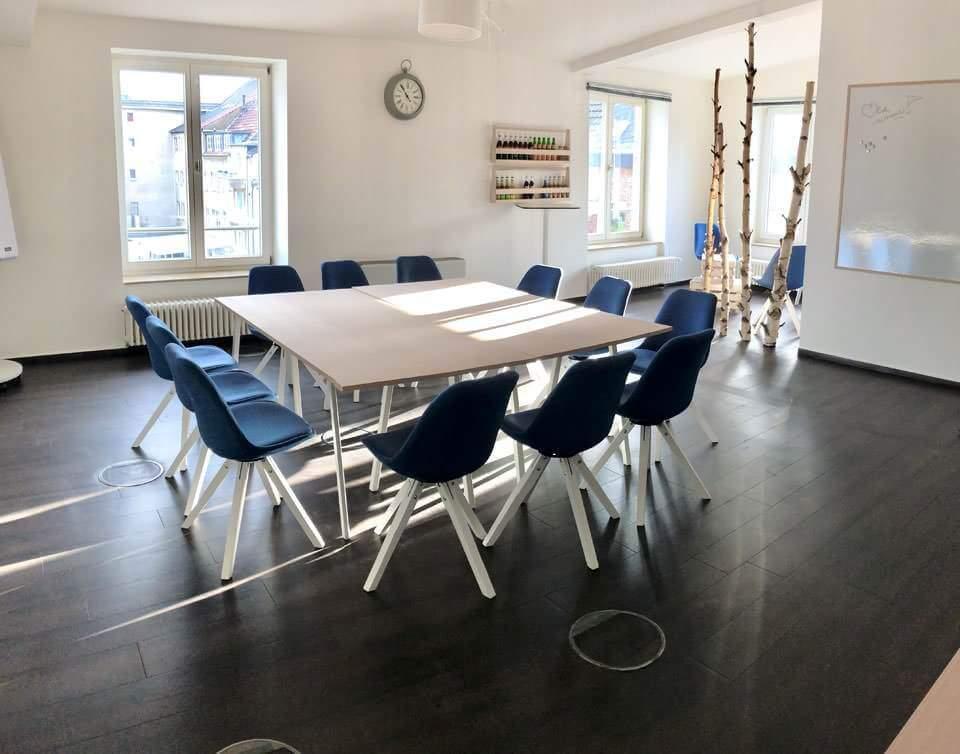 guter workshopraum, hell und freundlich